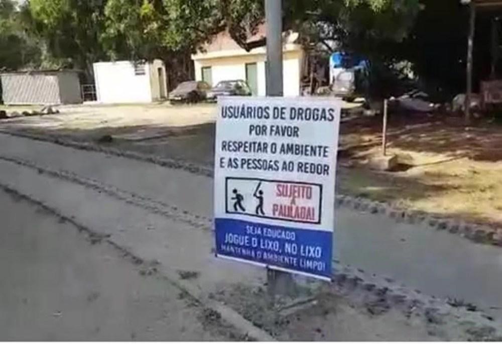 Placas ameaçam usuários de drogas em parque na Zona Sul de SP: 'sujeito a paulada' — Foto: Arquivo pessoal