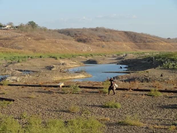 Açude Jerimum, principal fonte de abastecimento de Irauçuba, secou há quatro meses. As últimas poças d'água são inadequadas para o consumo humana, mas serve para o rebanho (Foto: André Teixeira/G1)