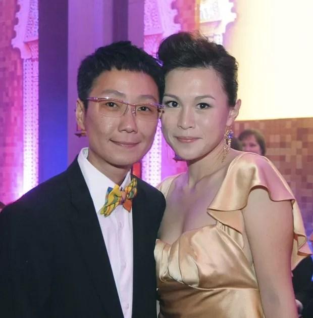 Gigi Chao com sua namorada, Sean Yeung, que também usa o nome de Sean Eav. (Foto: AP)