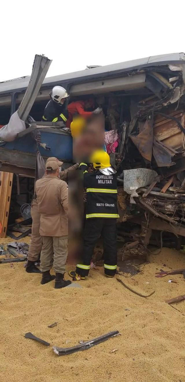 Bombeiros socorreram as vítimas do acidente em Comodoro — Foto: Corpo de Bombeiros de Mato Grosso/Assessoria