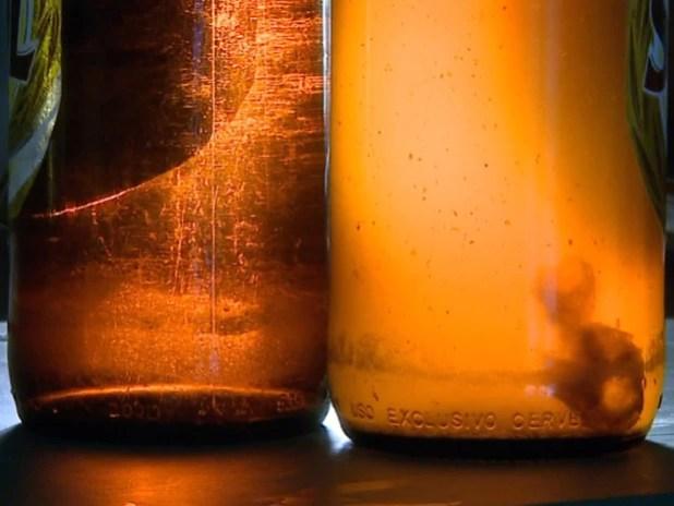Consumidor disse ter se assustado com objeto dentro da garrafa fechada (Foto: Paulo Chiari/EPTV)