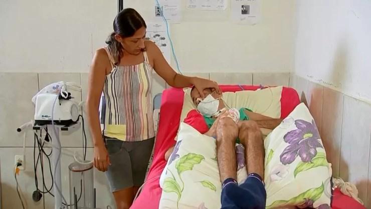 Mulher com o marido, que hoje vive acamado em Rio Preto (Foto: Reprodução/TV TEM)