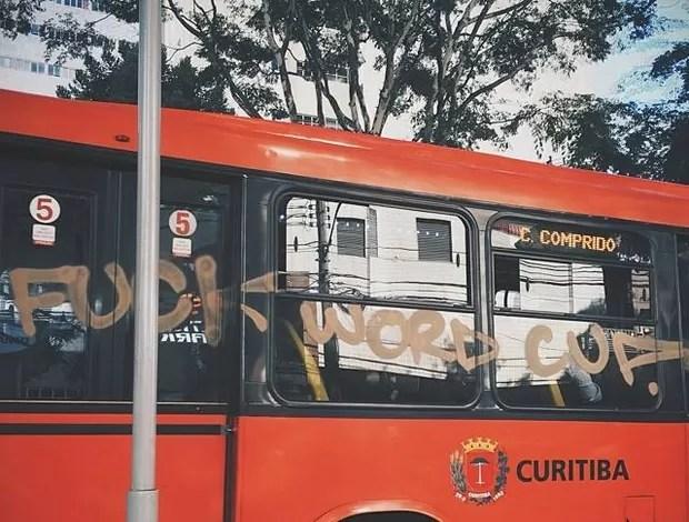 Ônibus é pichado em protesto contra a Copa