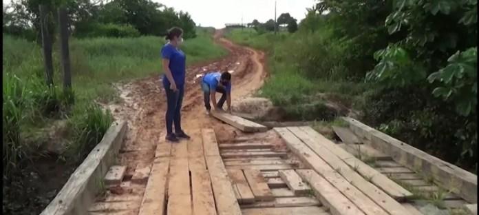 Em certo momento do percurso, equipe teve que descer para ajeitar madeira da ponte que está desbarrancando  — Foto: Reprodução/Rede Amazônica Acre