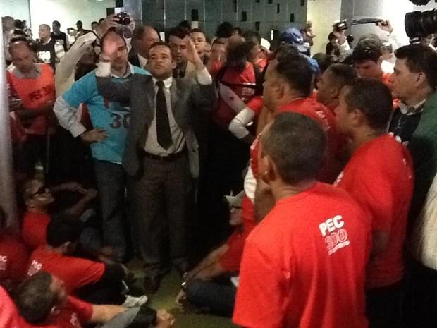 Deputado Major Fábio (DEM-PB) anuncia que Henrique Alves iria receber os líderes do grupo. Mesmo assim, manifestantes disseram que vão continuar no Salão Verde (Foto: Fabiano Costa/G1)