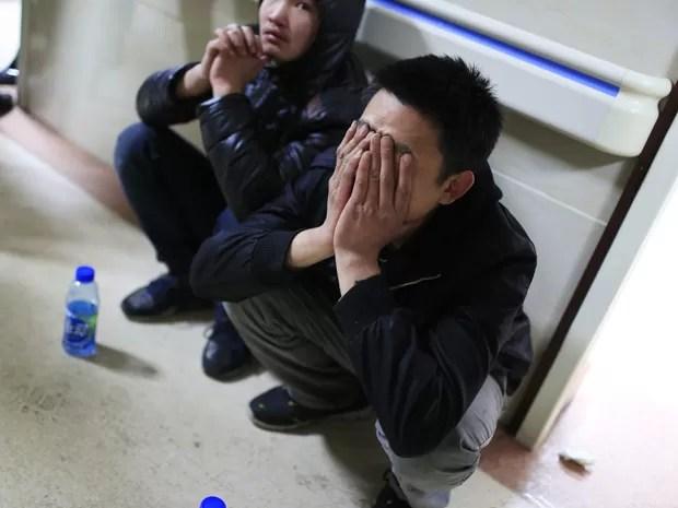 Amigos de vítimas aguardam notícias no corredor do Hospital Geral de Xangai, após acidente durante comemoração de Ano Novo (Foto: Reuters/Aly Song)