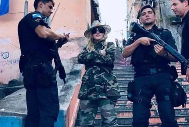 O policial militar Leonardo Fernandes escoltando Madonna (Foto: Divulgação / Juliano Mendes Assessoria)
