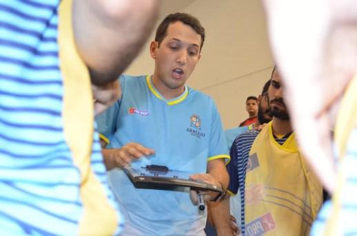 Davi Mendonça orienta jogadores de Aracaju (Foto: Thiago Barbosa)