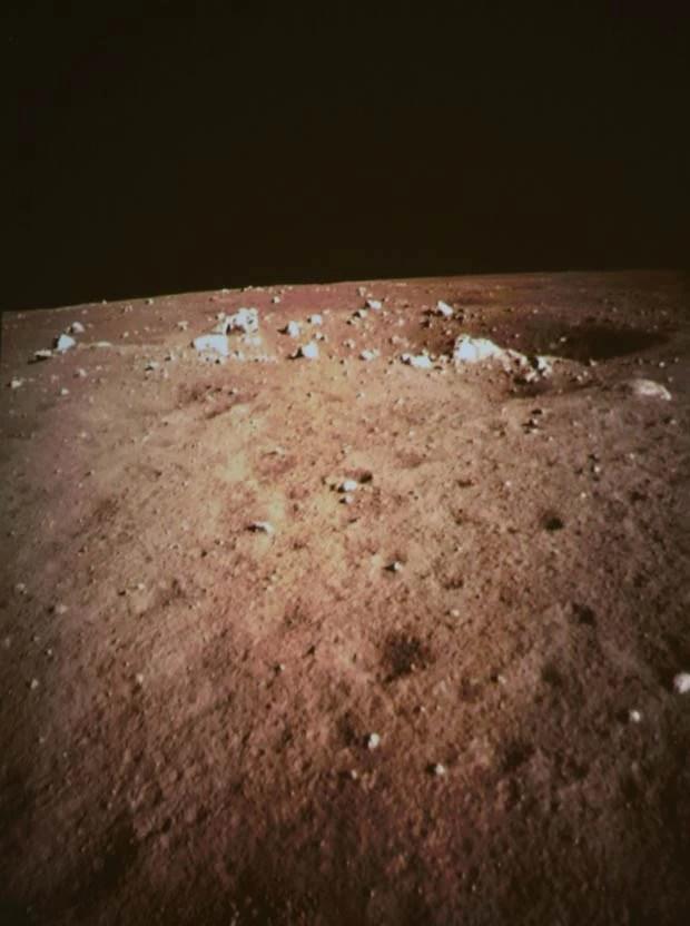 Solo lunar é visto nas primeiras imagens feitas pela câmera de bordo da sonda chinesa Chang'e 3, neste sábado (14) (Foto: Wang Jianmin/XinhuaAP)