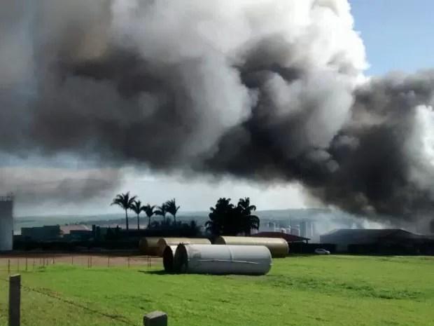 Incêndio toma conta de fábrica, em Tietê (Foto: Arquivo pessoal)