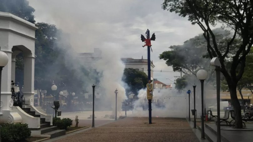 Explosão de bonecos em Itu dura cerca de 5 minutos (Foto: Jomar Bellini/TV TEM )