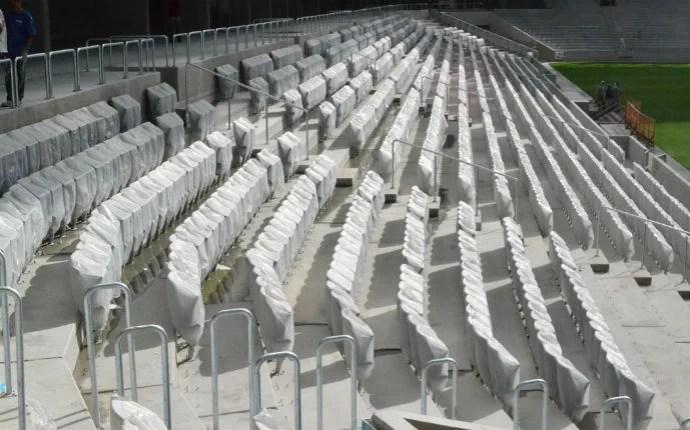 Cadeiras vão sendo fixadas; são dois modelos diferentes (Foto: Divulgação/Site Oficial do Atlético-PR)
