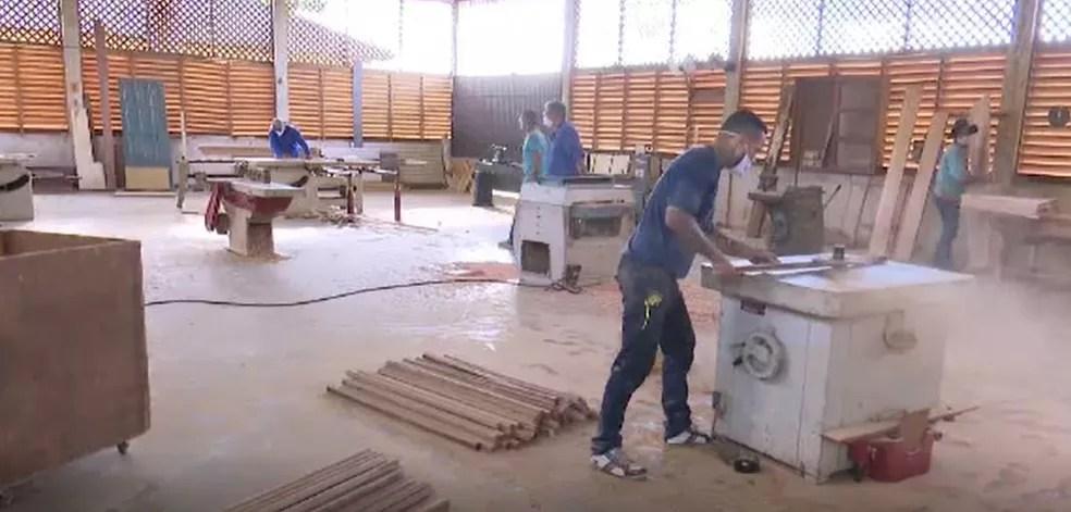 Oficina oferece oportunidades para presos  — Foto: Reprodução/Rede Amazônica Acre