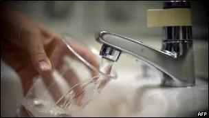 Estudo relacionou aumento de casos de alergia a agrotóxico usado para purificar a água (Foto: AFP/BBC)