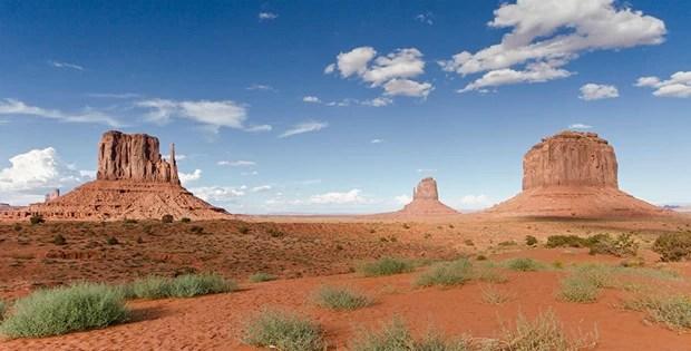 Vista dos três montes isolados em Monument Valey, que apareceram muitas vezes em filmes (Foto: Fernando Zequinão)