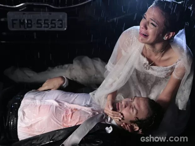 Luiza fica desesperada com Laerte ferido (Foto: Felipe Monteiro / TV Globo)