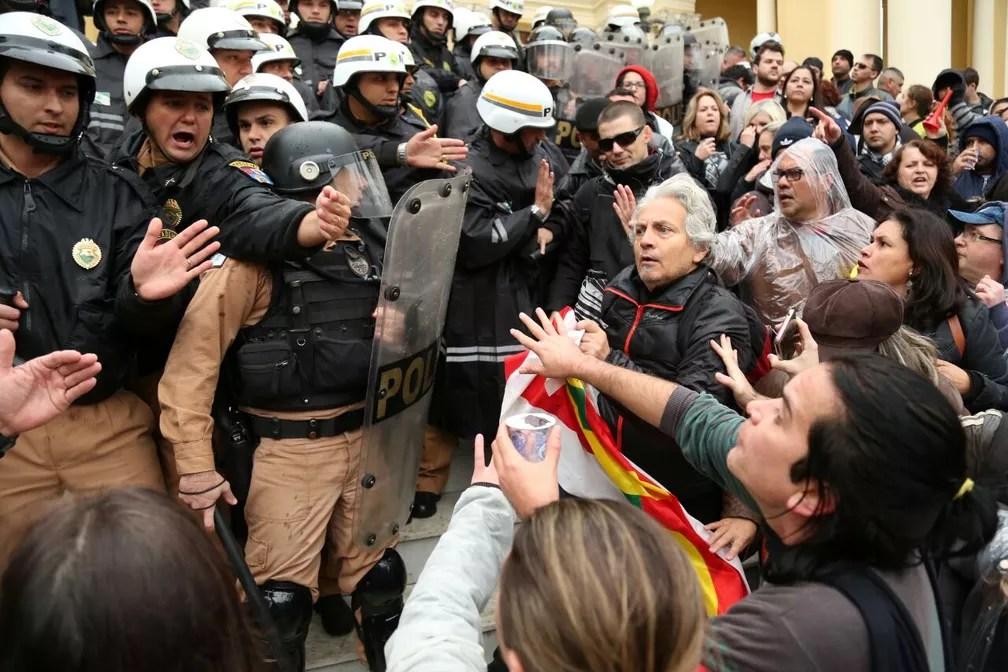 Servidores de Curitiba são contra o ajuste fiscal da prefeitura; eles invadiram a Câmara na manhã desta terça-feira (20) (Foto: Rodrigo Fonseca)