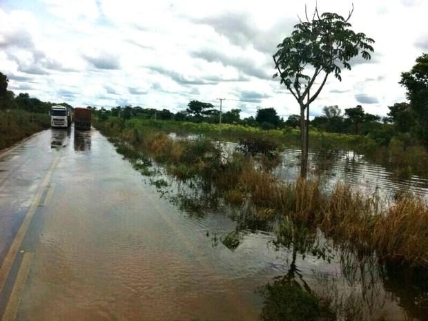 Rodovia ainda estava parcialmente alagada nesta terça-feira (Foto: Assessoria/ PRF-MT)