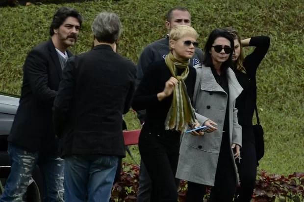 Xuxa, Sasha e Juno no velório de Cirano Meneghel (Foto: Delson Silva / Agnews)