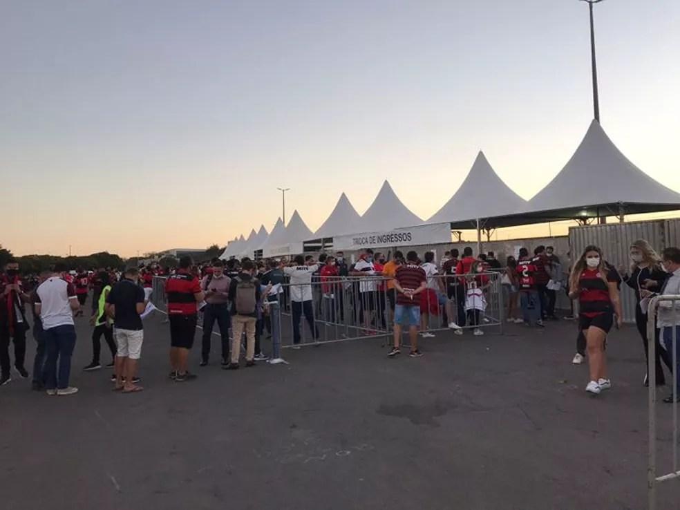 Maior movimentação ocorreu na troca de ingressos em horário próximo do início da partida — Foto: Fred Huber