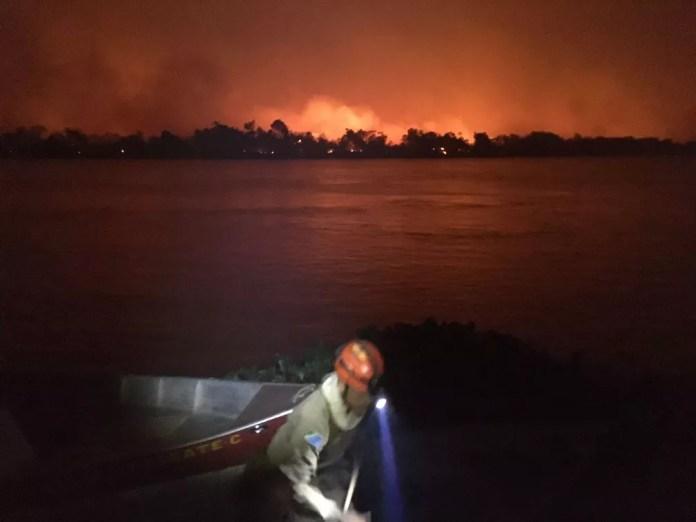 Bombeiros descem para resgate, rodeados pelo fogo — Foto: Corpo de Bombeiros/Divulgação