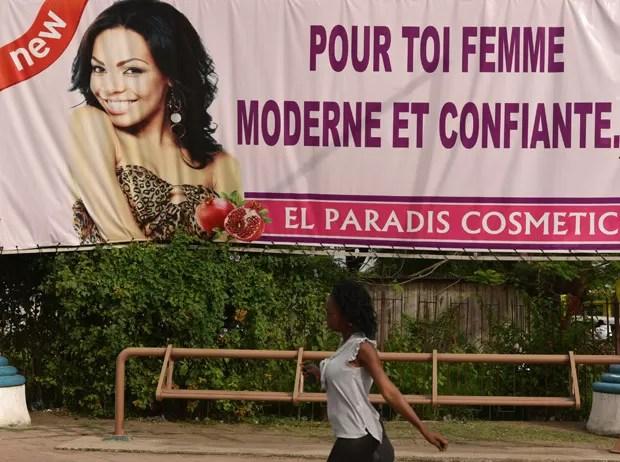 Outdoor em Abidjan, na Costa do Marfim, anuncia produto para clarear pele  (Foto: AFP Photo/Sia Kambou)