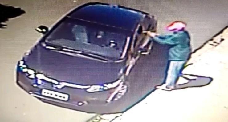 Suspeito atira contra o empresário (Foto: Reprodução/Circuito de segurança)