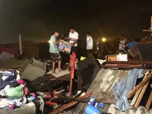Famílias tentam retirar o que sobrou do incêndio (Foto: Adriana Cutino/G1)