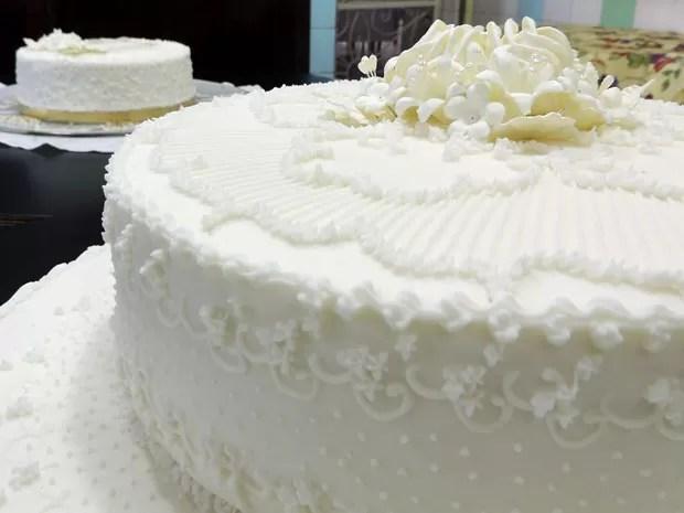 Bolo de noiva é servido com cobertura de glacê que oferece uma decoração única para cada produto. Esses foram confeitados por Jane Asfora, uma das boleiras mais tradicionais do Recife (Foto: Marina Barbosa / G1)