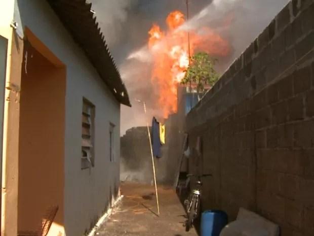 Incêndio atingiu fábrica de velas, aos fundos de casas em Jardinópolis, SP (Foto: Reprodução/EPTV)