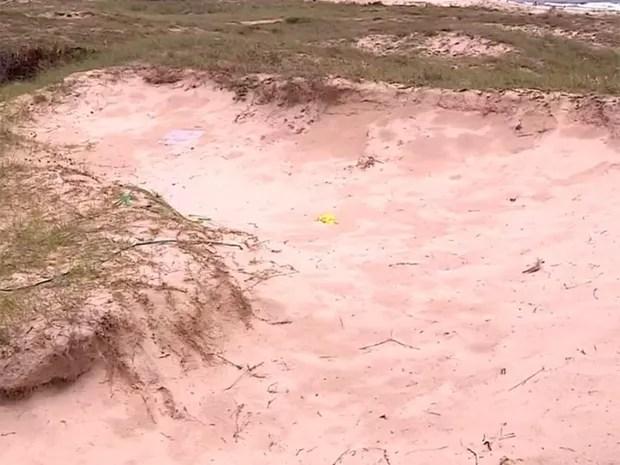 Buraco provocado pela extração ilegal de areia das praias de Imbé (Foto: RBS TV/Reprodução)