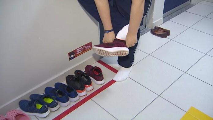 No colégio Martha Falcão, alunos não entram mais em sala de aula com sapatos. — Foto: Reprodução/Rede Amazônica
