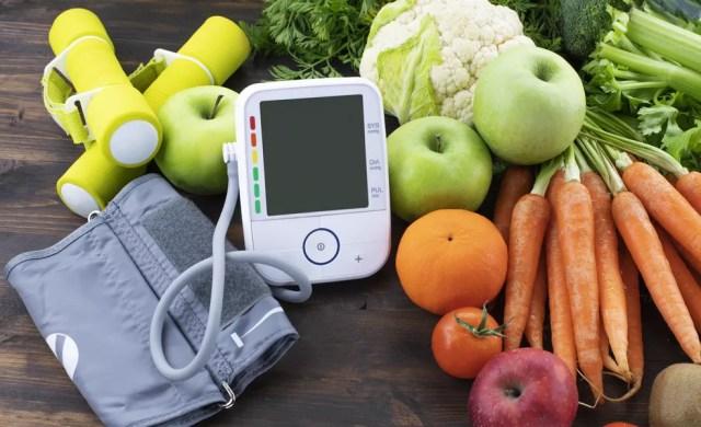 Praticar exercícios físicos regulares e aumentar a ingestão de frutas, verduras e legumes são medidas fundamentais no combate à hipertensão — Foto: Istock Getty Images