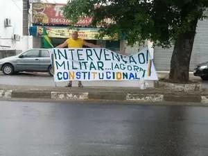 Manifestante solitário em São Vicente pede intervenção militar (Foto: Isabella Pajón / Arquivo Pessoal)