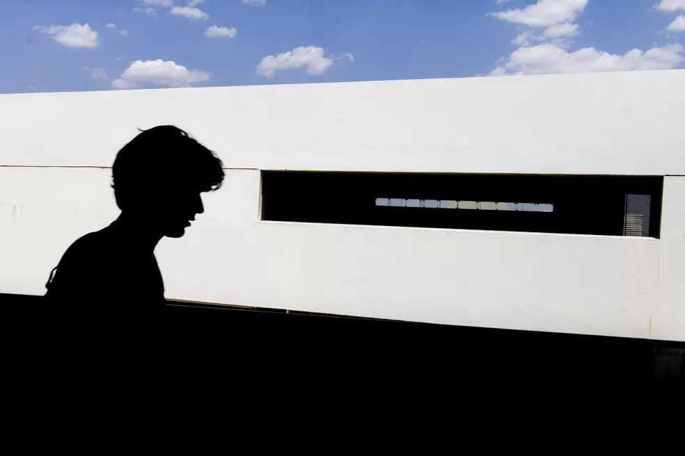 Aluno no campus Gama da Universidade de Brasília — Foto: Edu Lauton/Secom UnB