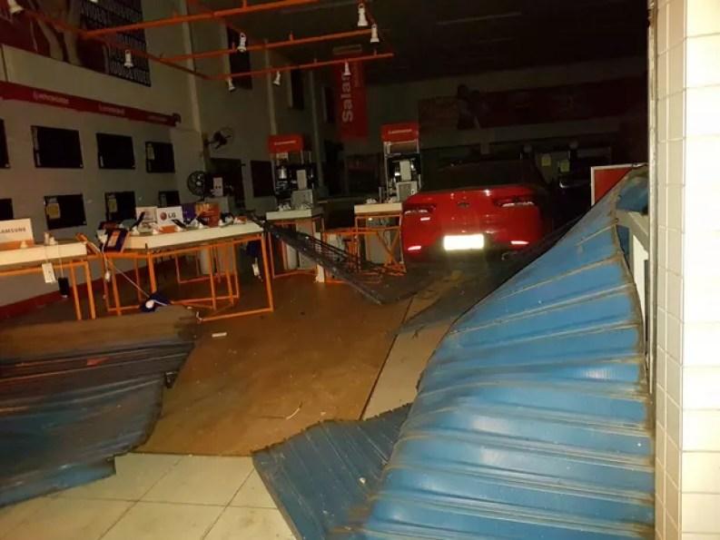 Carro só parou dentro de loja de móveis em Gurupi (Foto: Divulgação)