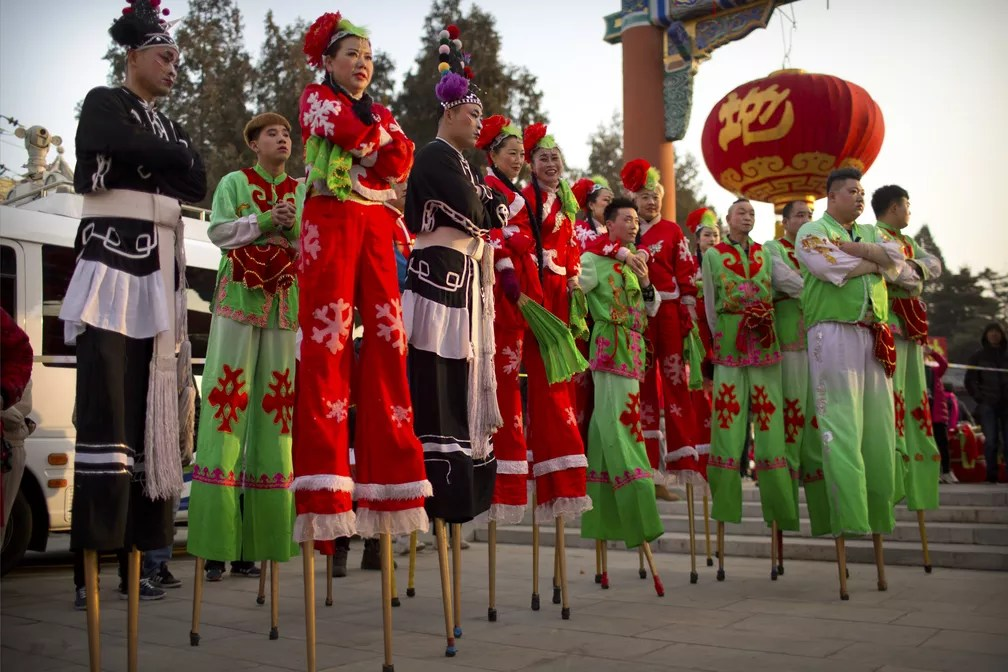 Pernas de pau esperam para se apresentar nesta terça-feira (5) em comemorações ao Ano Novo Chinês em Beijing — Foto: Mark Schiefelbein/AP Photo
