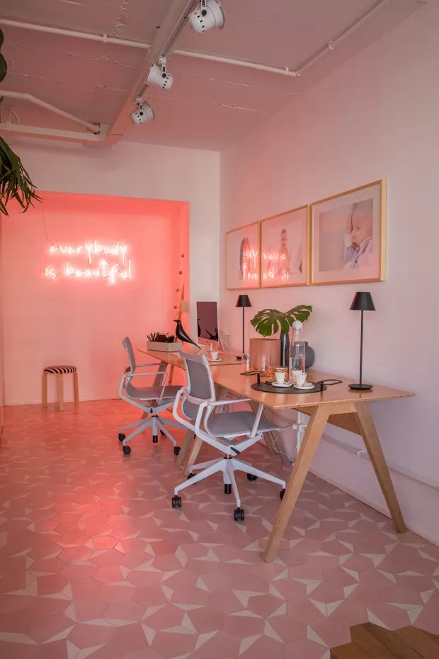 Décor do dia: home office rosa com neon e plantas (Foto: Divulgação)