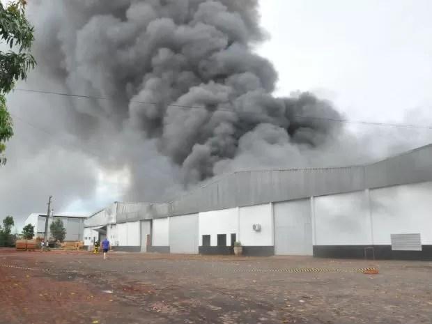 Barracão em Marechal Cândido Rondon foi tomado por incêndio (Foto: Cristine Kempp/Arquivo pessoal)