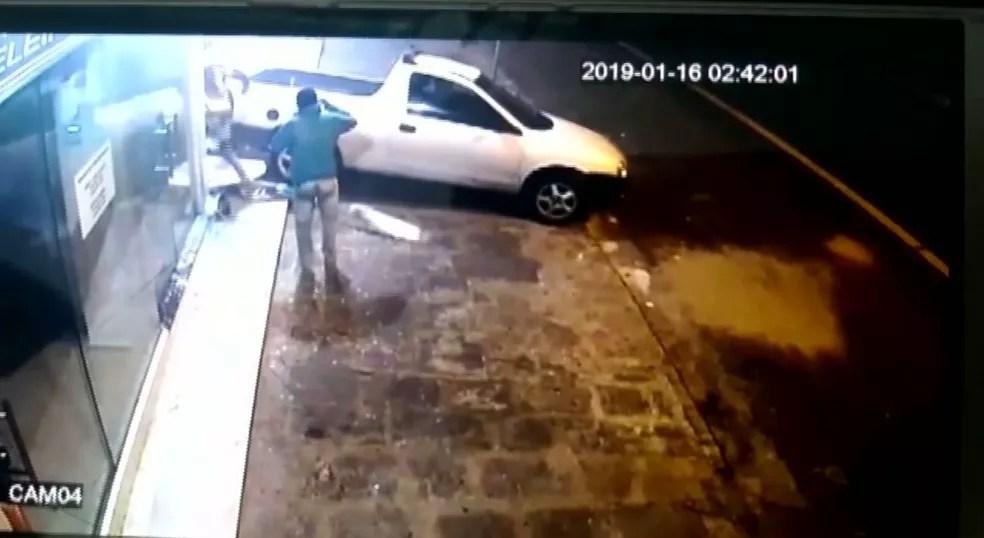 Imagem do circuito de segurança no momento em que o carro invade a loja de roupas — Foto: Reprodução/TV Paraíba
