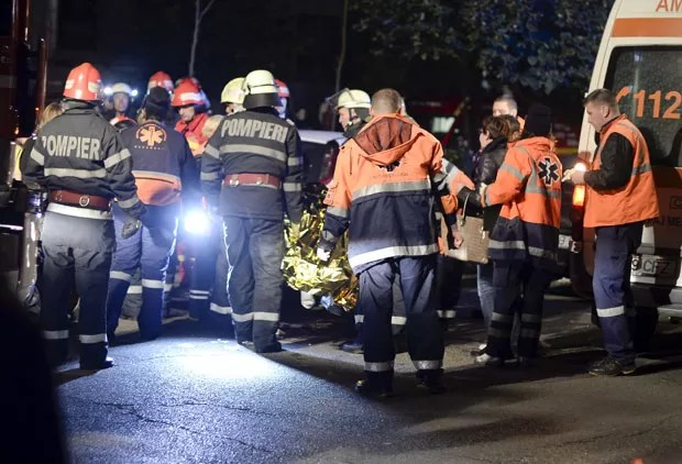 Serviços de emergência trabalham diante de boate em Bucareste onde dezenas morreram devido a um incêndio (Foto: Inquam Photo/Reuters)