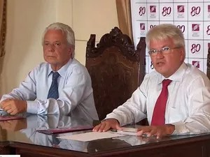 Afrânio Kritski (de gravata vermelha), presidente da Rede de Pesquisas Tuberculose na Bahia (Foto: Imagem/TV Bahia)