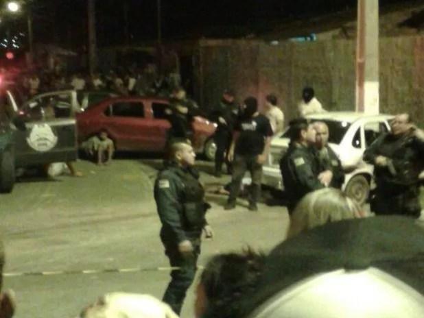 População se aglomera e acompanha a prisão dos suspeitos (Foto: Rafael Valentim/VC na TV Sergipe)