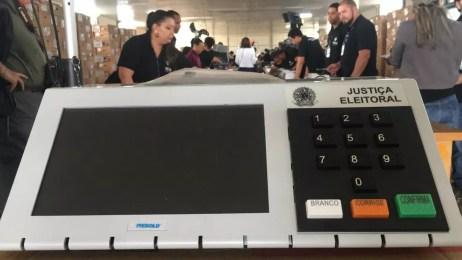 Urna eletrônica a ser mandada para votação no exterior — Foto: Gabriel Luiz/G1
