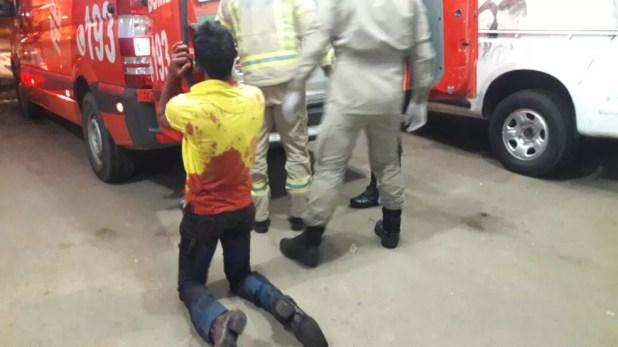 Marido se desespera ao ver corpo da esposa em ambulância (Foto: Balanço Notícias/Reprodução)