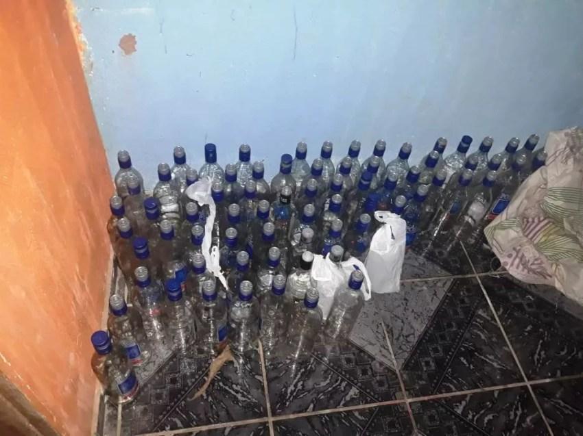 Diversas garrafas de bebida alcoólicas foram encontradas na festa (Foto: TJap/Divulgação)
