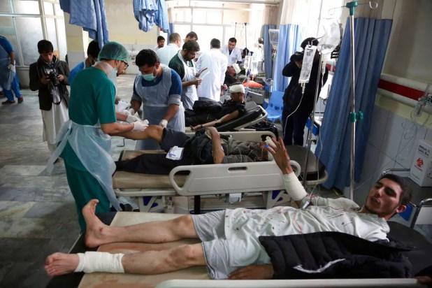 Feridos recebem atendimento após ataque neste sábado (27) em Cabul, no Afeganistão  (Foto: Rahmat Gul/ AP)