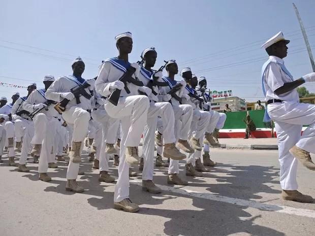 Militares desfilam nesta quarta-feira (18) para celebrar independência da Somalilândia (Foto: MOHAMED ABDIWAHAB / AFP)