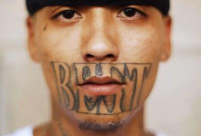 Membro da gangue Mara exibiu uma tatuagem bizarra ao redor da boca ao ser fotografado na cadeia de Izalco, a cerca de 65 km da capital San Salvador, em El Salvador (Foto: Ulises Rodriguez/Reuters)
