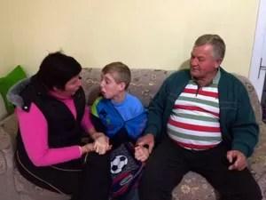 Mãe e pai ficaram revoltados com atitude do padre (Foto: Alexandre dos Santos/RBS TV)